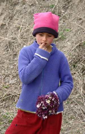 Девчушка, продающая первоцветы. Автор фото: Александр Любенко (Любен)