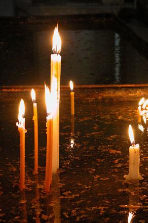 В Армении церковные свечи ставят в мелкие камушки или песок, залитый водой. Автор фото: Завирюхина Мария (Масяня)