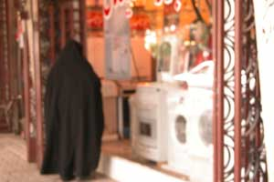 Часто ли вы видели, чтобы у нас, в Украине, кто-то пристально рассматривал витрину? В Иране - это норма... для женщин. Автор фото Завирюхина Мария (Масяня)