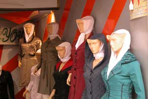 Религия - это вам не цацки-пецки. Коль сказано, что у женщины голова должна быть покрыта, значит даже манекены должны соблюдать правильный дресс код. Автор фото Александр Любенко (Любен)