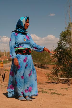 Совершенно не традиционный для иранских женщин наряд. Такое яркое одеянье мы видели только один раз. Автор фото Завирюхина Мария (Масяня)